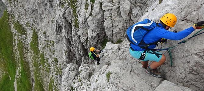 Vier Radsportler in luftiger Höhe: Klettern am Hindelanger Klettersteig in Oberstdorf
